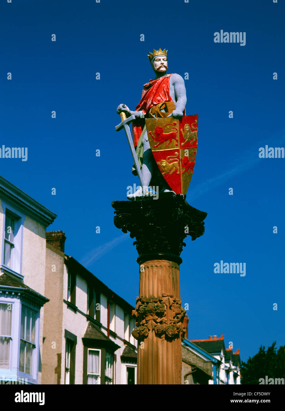 Brightly painted statue of the Medieval Welsh Prince Llywelyn ab Iorwerth (Llywelyn Fawr) on top of a column in - Stock Image