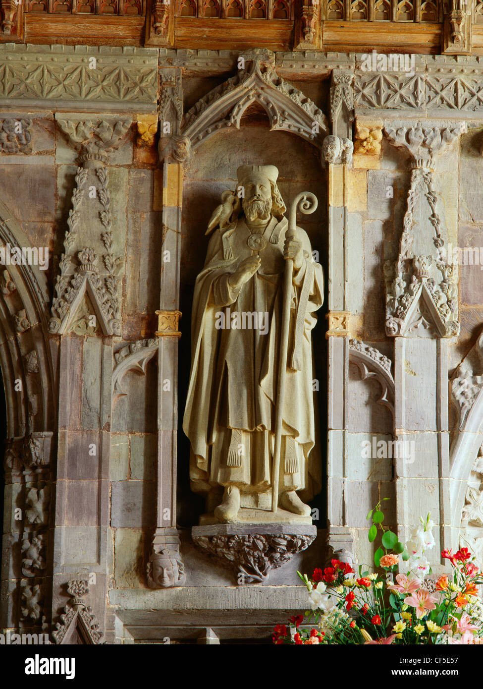 A modern statue of St David (Dewi Sant), patron saint of Wales, placed in the 14th-century rood screen between the - Stock Image