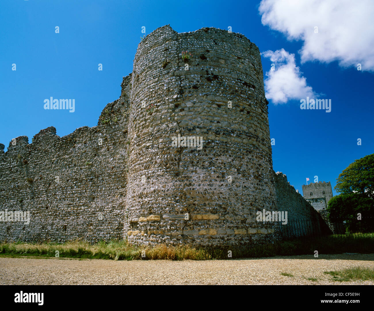 North East corner bastion of the Roman fort (Portus Adurni) with the rectangular keep of the Norman castle to the - Stock Image