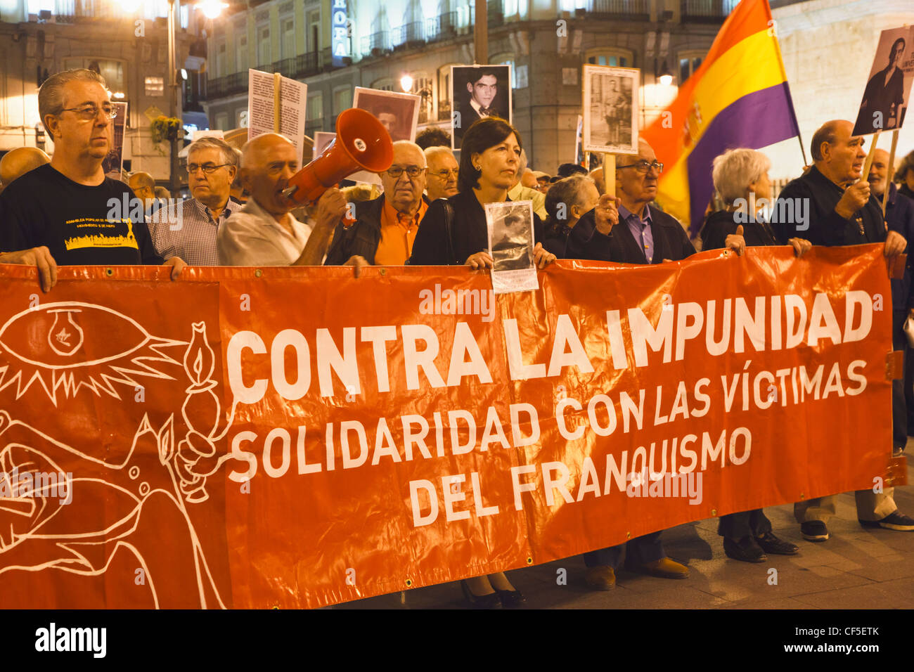 Demonstration Plaza del Sol Madrid. Solidarity with victims of Francoism. - Stock Image