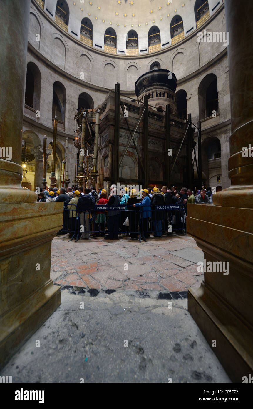 Christian Pilgrims await entrance to the Edicule at the Church of the Holy Sepulchre in Jerusalem, Israel. - Stock Image