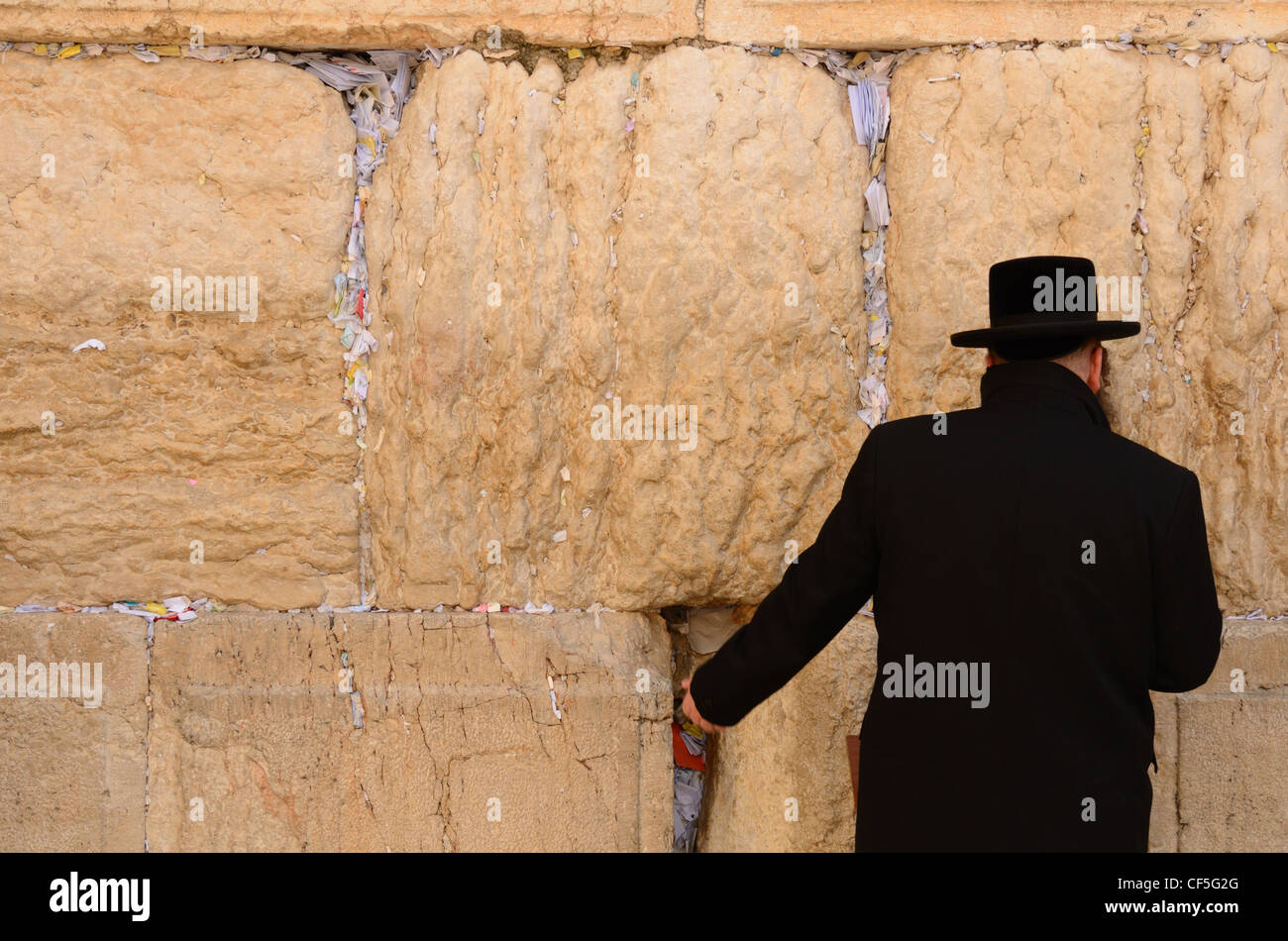 A Hasidic Jew prays at the wailing wall in the Old City of Jerusalem, Israel. - Stock Image