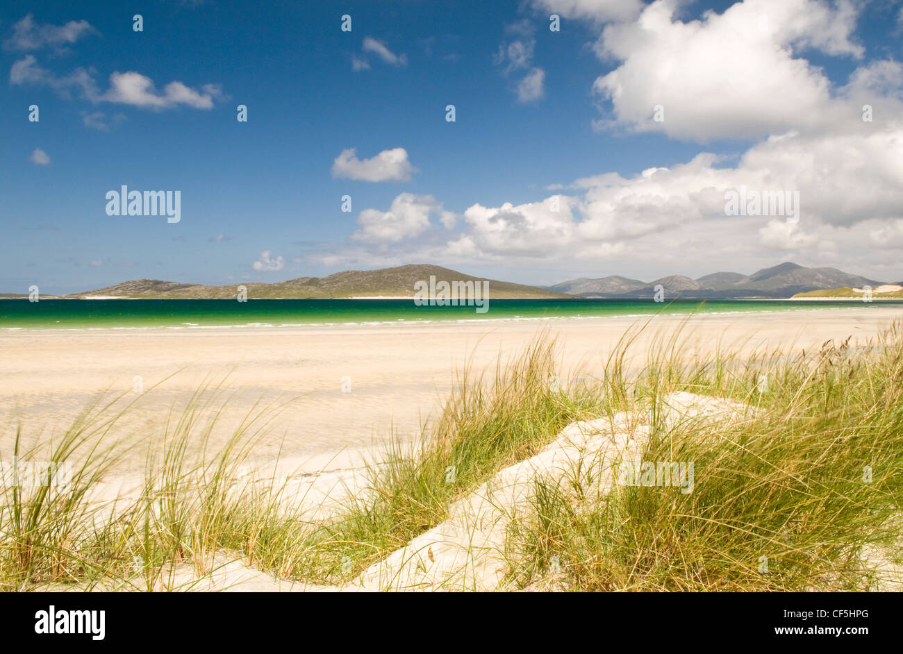 Looking out to sea from the sand dunes at Seilebost beach on the Isle of Harris. - Stock Image