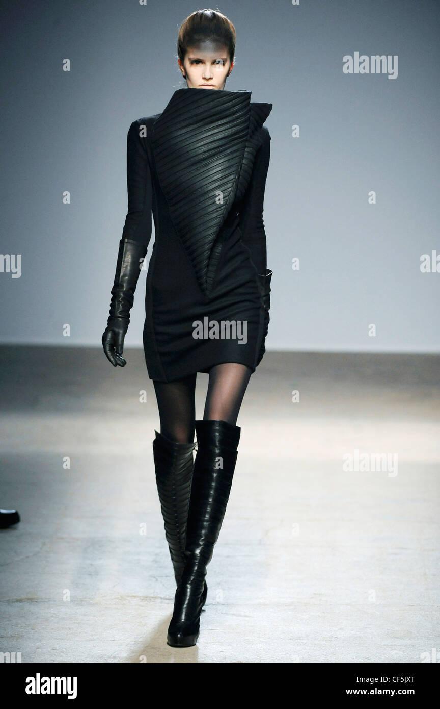 Gareth Pugh Paris Ready to Wear Autumn Winter Asymmetric short black ...