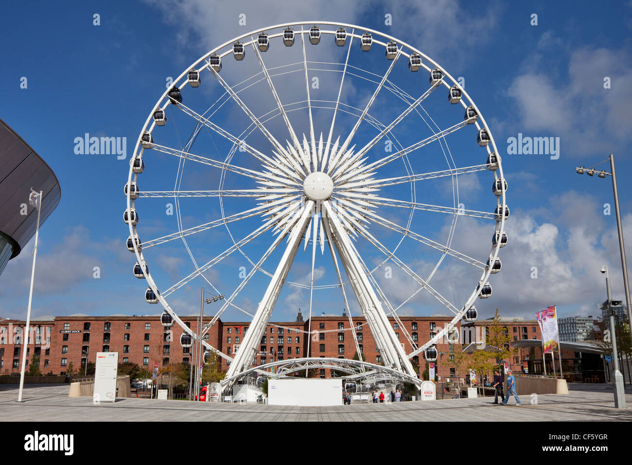 The Echo Wheel of Liverpool between Albert Dock and the Echo Arena. - Stock Image