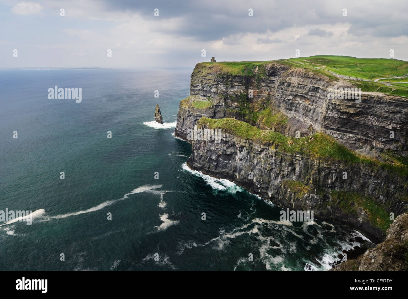 The Cliffs of Moher that stretch for 8 km & rise up to 214 metres above the Atlantic Ocean. - Stock Image