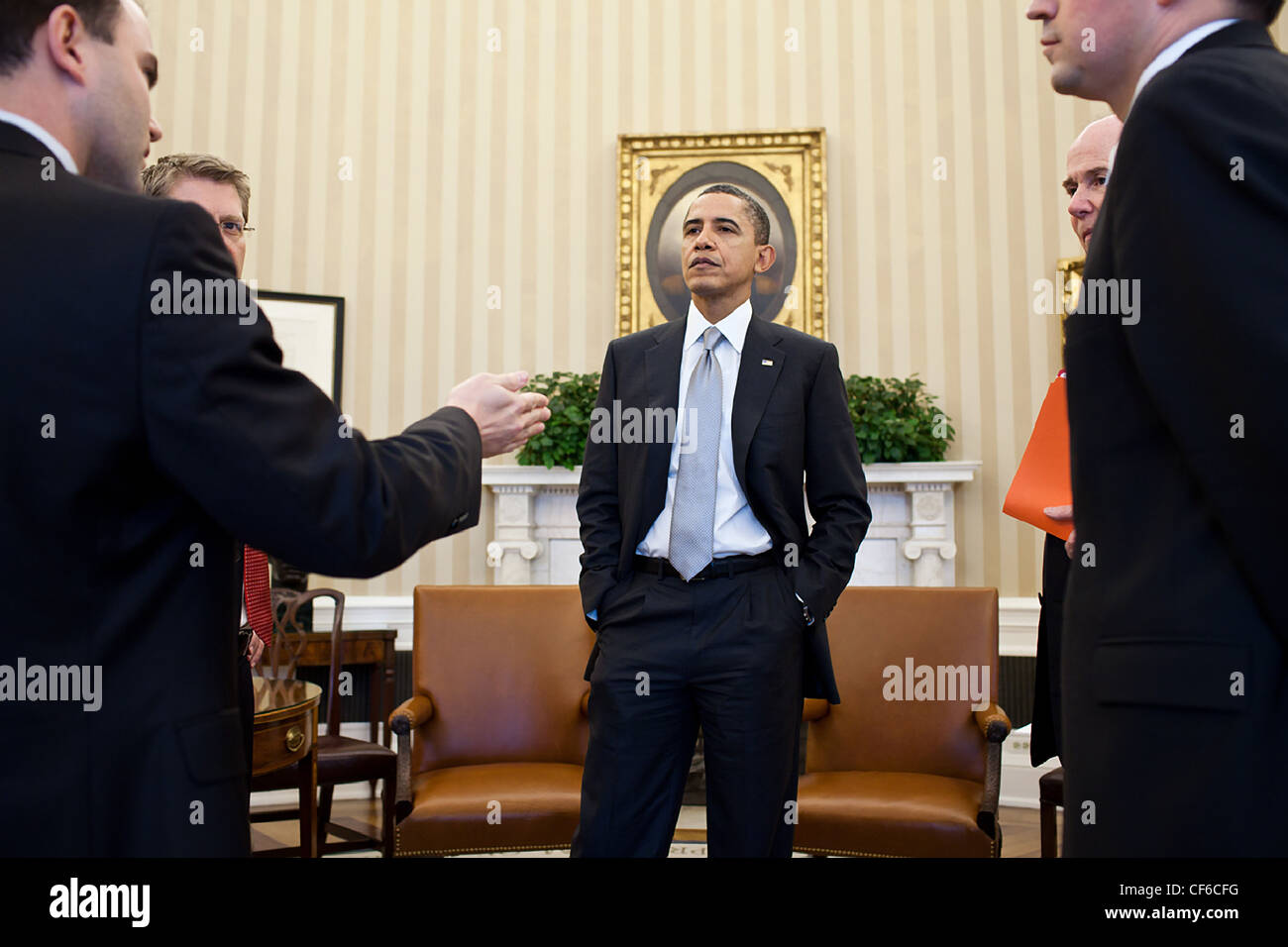 President Barack Obama talks with senior advisors following a meeting in the Oval Office, March 3, 2011 in Washington, - Stock Image