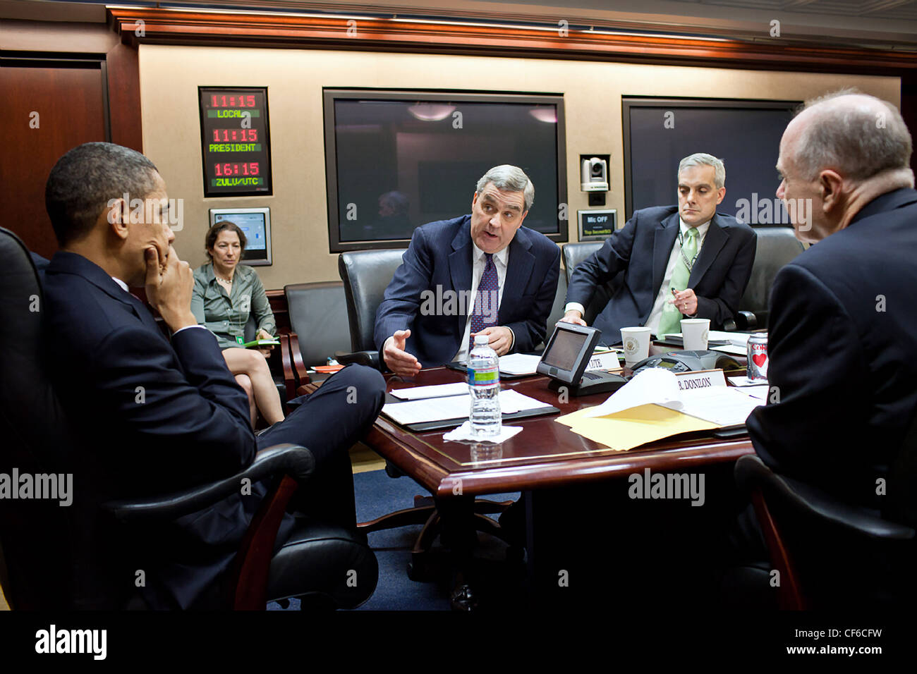 President Barack Obama is briefed by Lt. Gen. Doug Lute, Special Assistant to the President for Afghanistan and - Stock Image