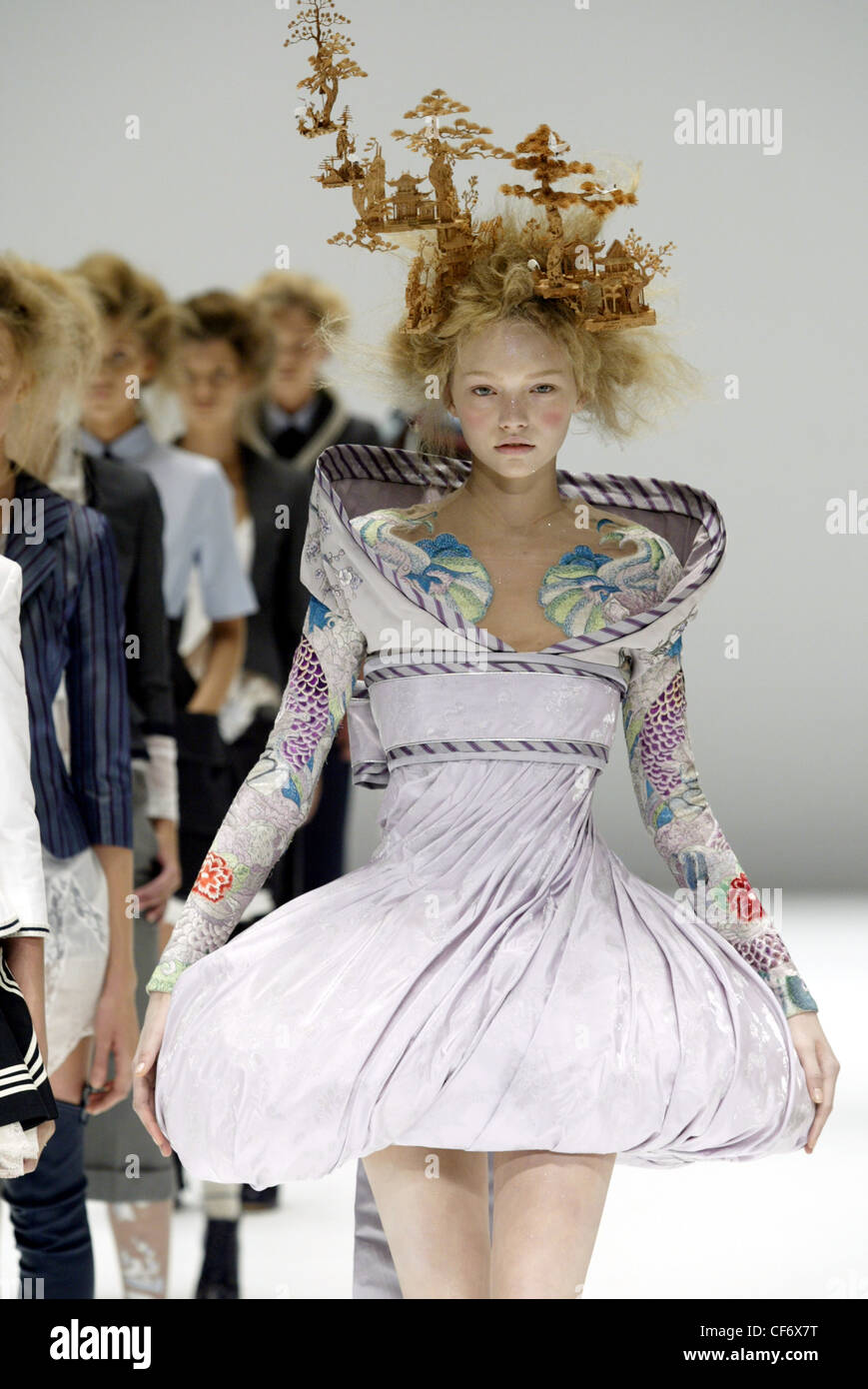 b24791a6a19e Alexander McQueen Paris Ready to Wear Spring Summer Model Gemma Ward blonde  hair back combed and messy holding delicate cork