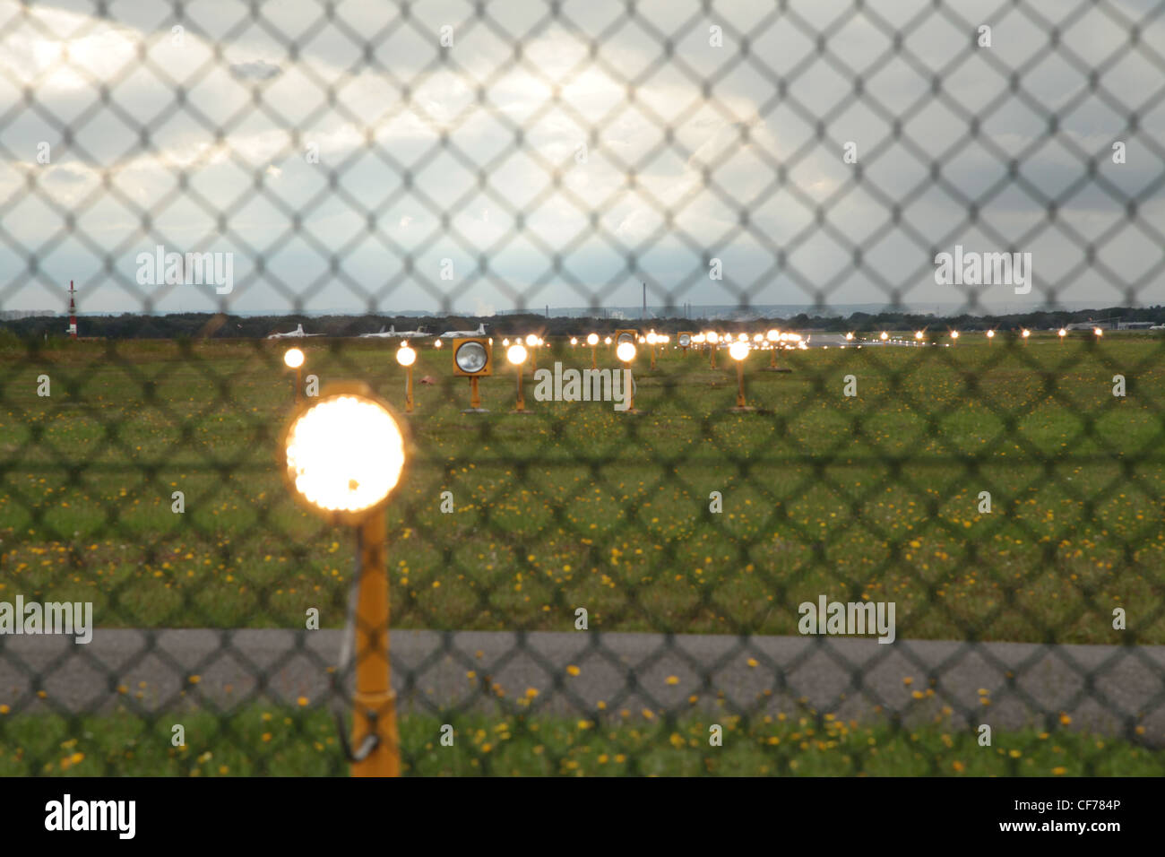 Landebahn am Flughafen mit Befeuerung, Airport Lighting, Airport Beacons - Stock Image
