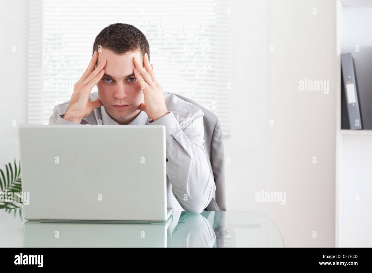 Businessman getting bad news via email - Stock Image