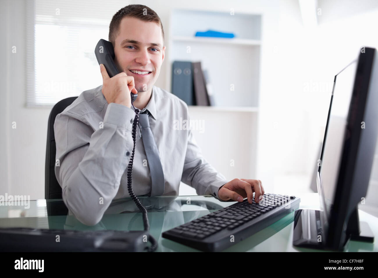 Businessman having a dialogue on the phone - Stock Image