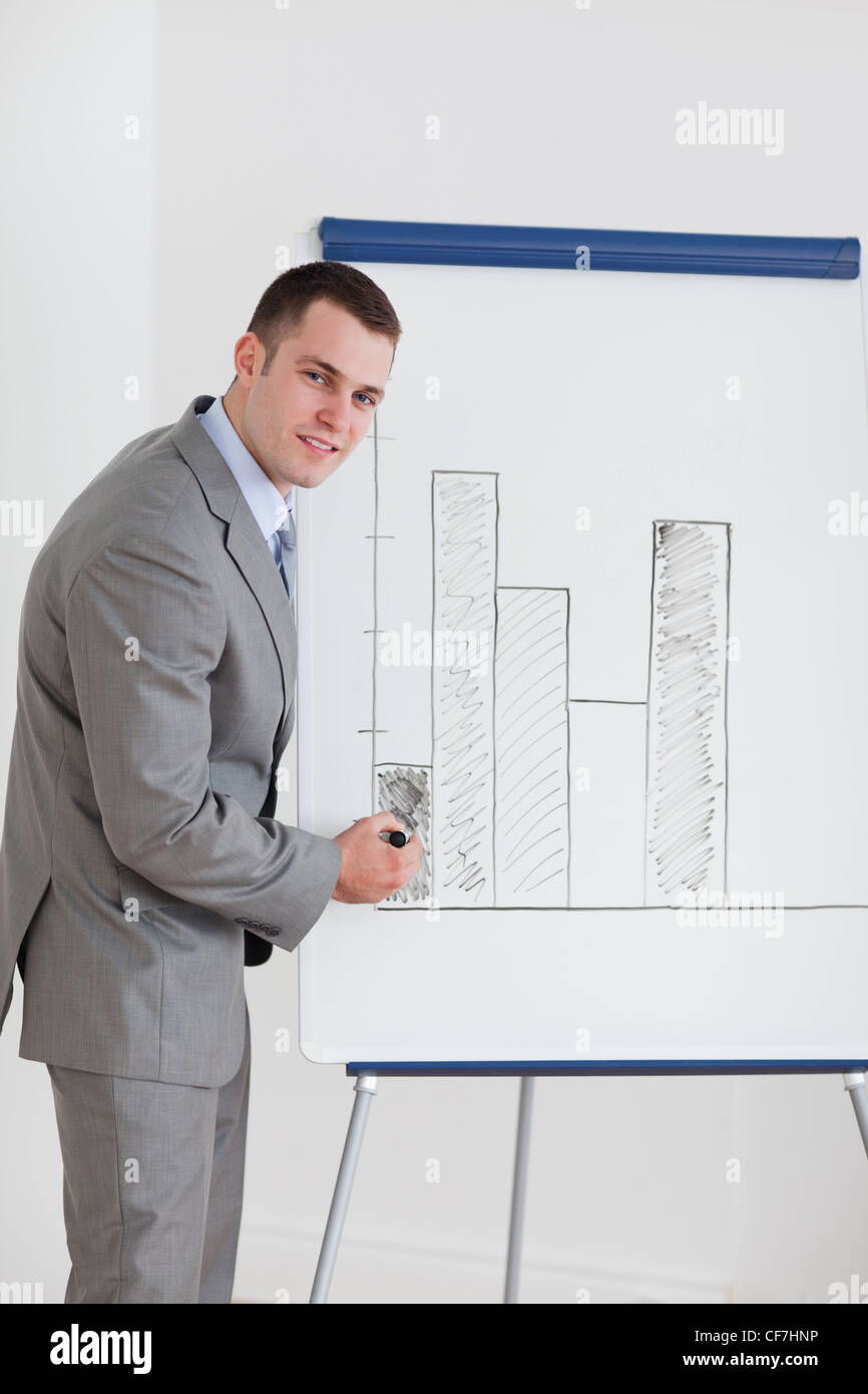 Businessman editing diagram - Stock Image