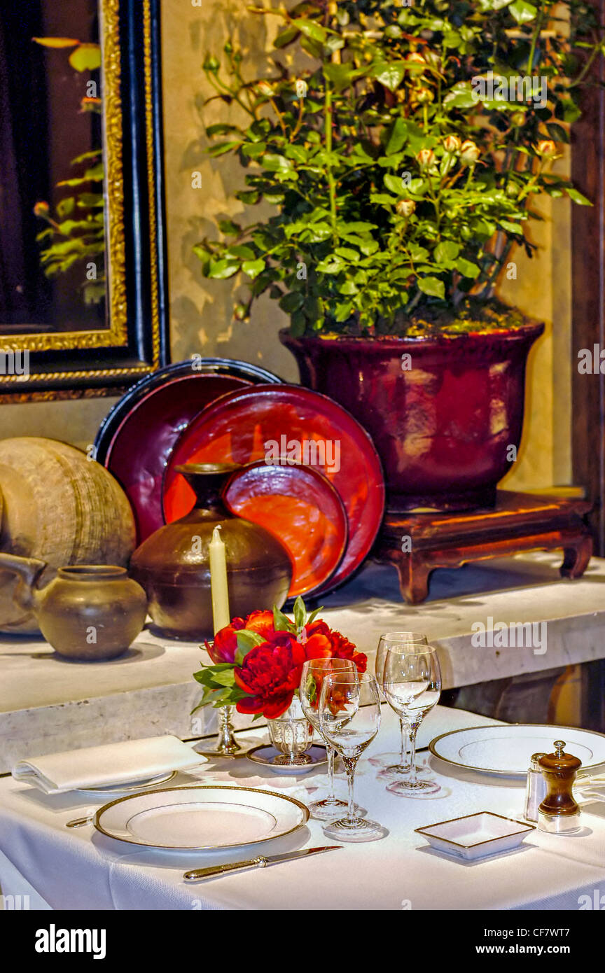 Fancy french restaurant interior decor stock photos for Restaurant cuisine francaise paris