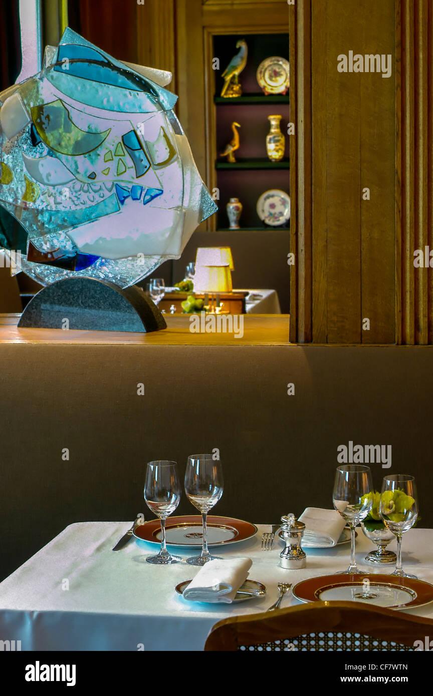 Paris fancy tables stock photos paris fancy tables stock images alamy - Restaurant cuisine francaise paris ...