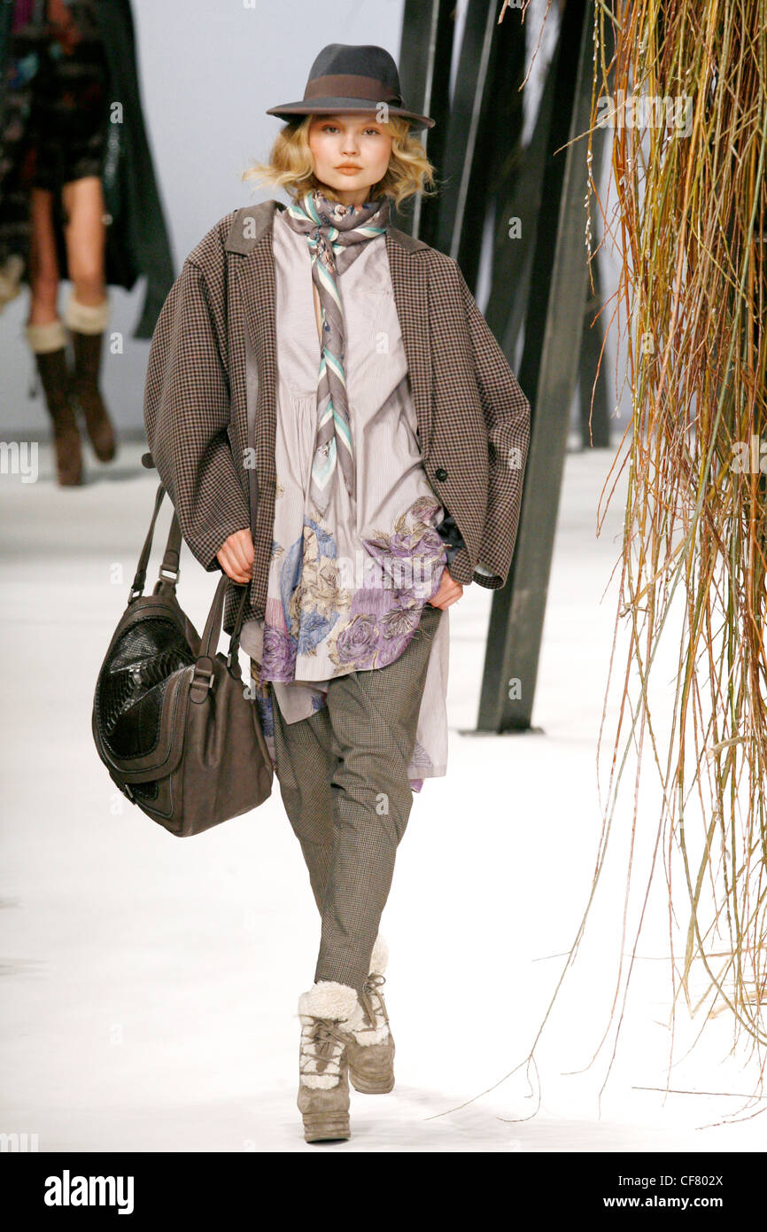 46e28830a19 Kenzo Paris Ready to Wear Autumn Winter A model wearing a black and brown fedora  hat
