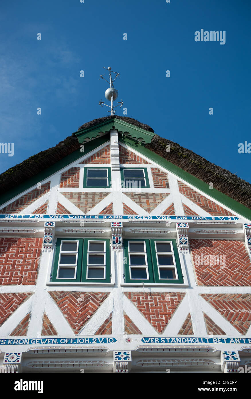 Gable with biblical psalm inscribed on the wood of the half-timbered construction of a house at Steinkirchen, Altes - Stock Image