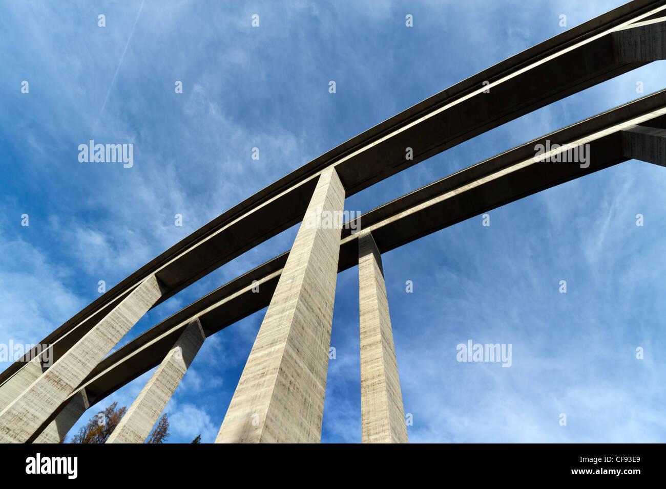Eine hohe Autobahnbrücke mit betonierten Pfeilern von unten gesehen Stock Photo