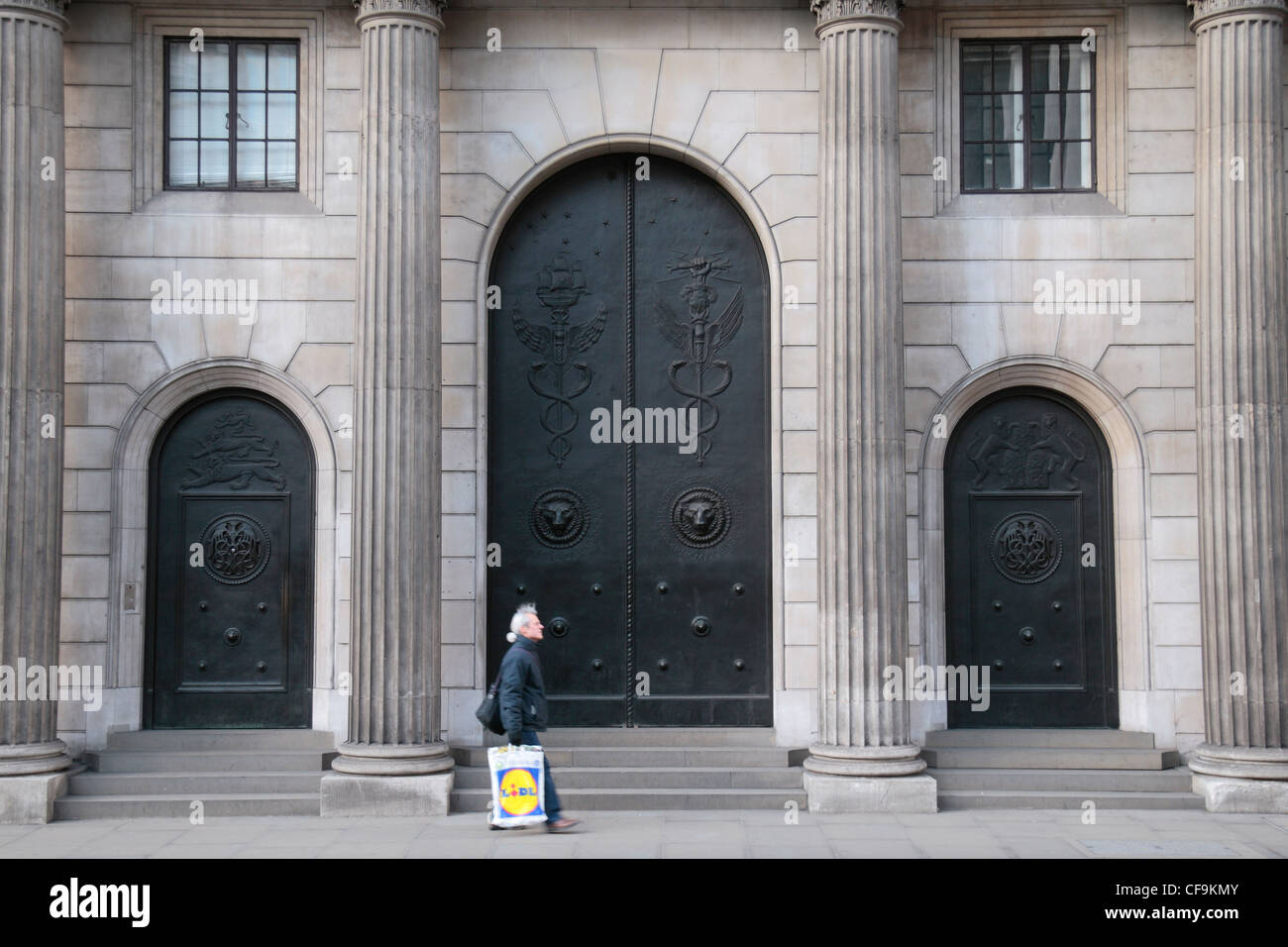 The closed entrance doors to the Bank of England in the City of Stock Photo 43853627 - Alamy & The closed entrance doors to the Bank of England in the City of ...