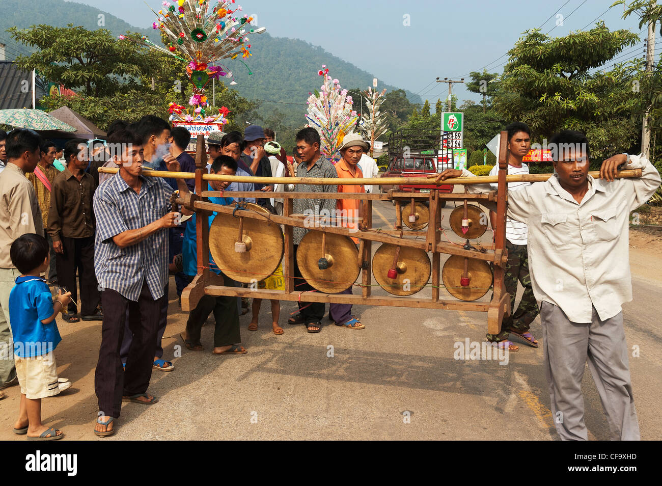Elk208-4056 Thailand, Soppong, wedding celebration, musicians, men with rack of gongs - Stock Image