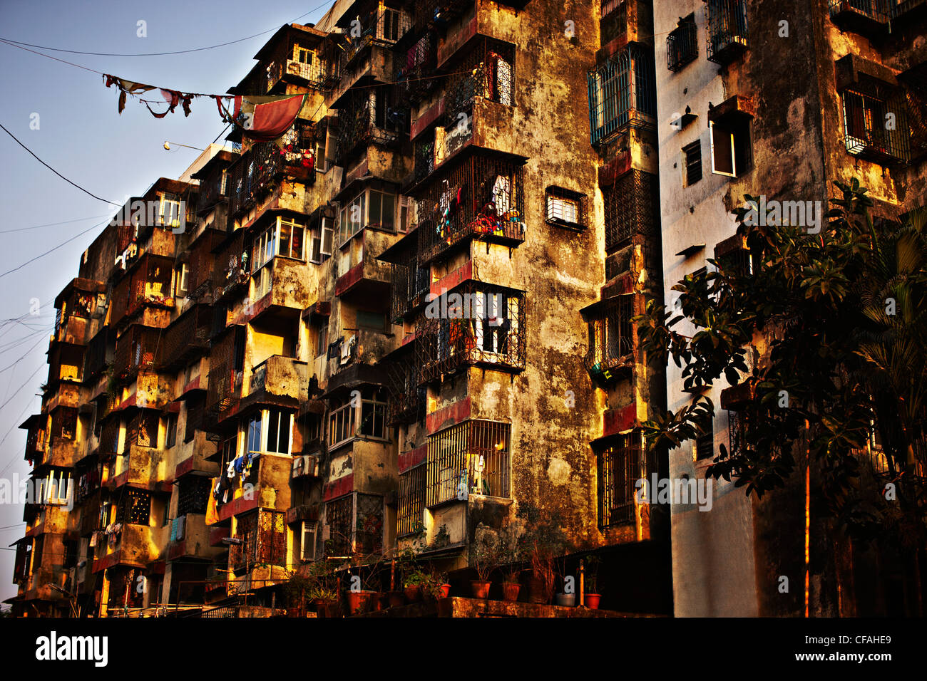 Clothes hanging from dirty apartments - Stock Image