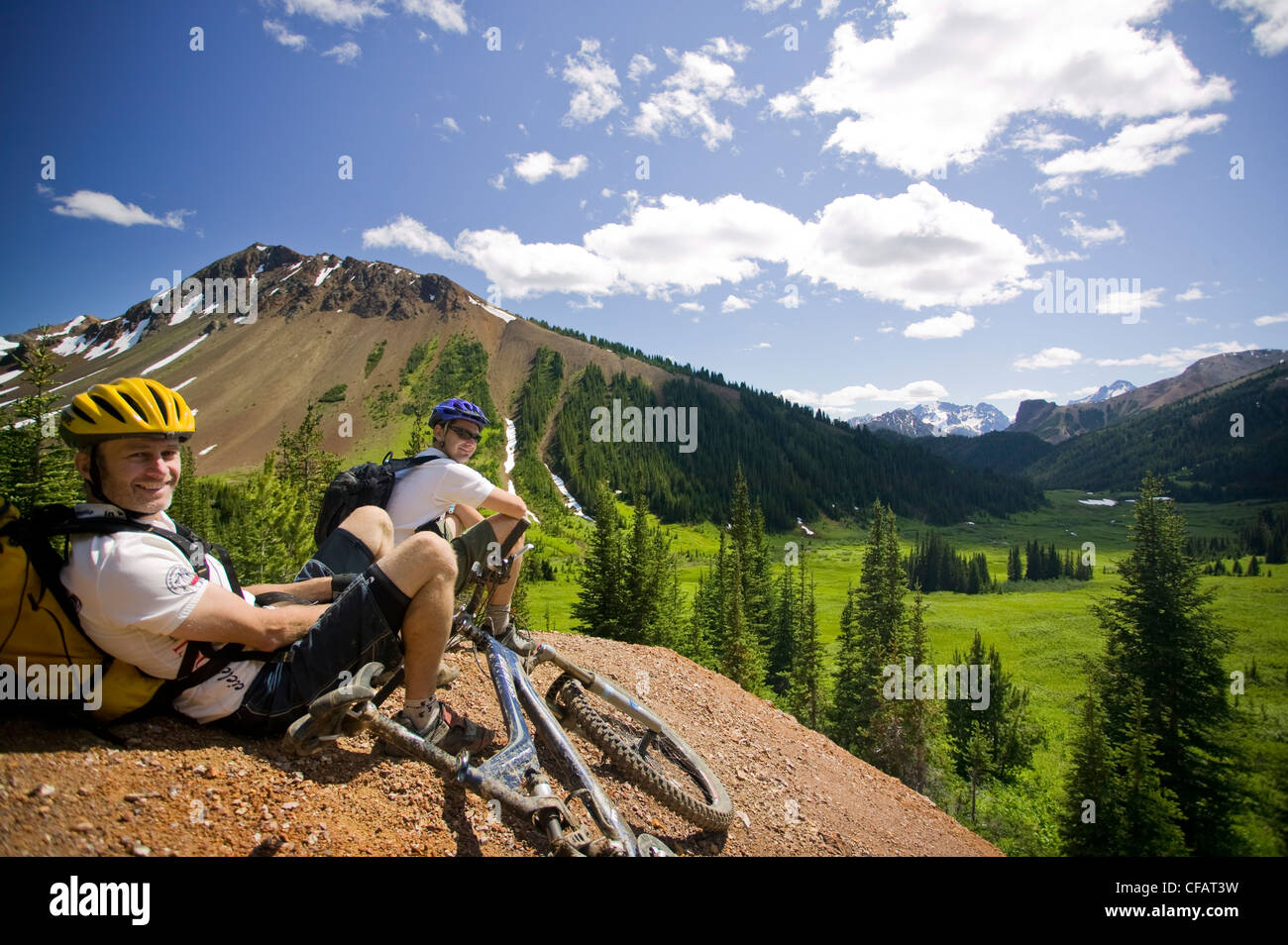Mountain bikers relaxing along the trail towards Windy Pass, Southern Chilcotin Mountains, British Columbia, Canada - Stock Image