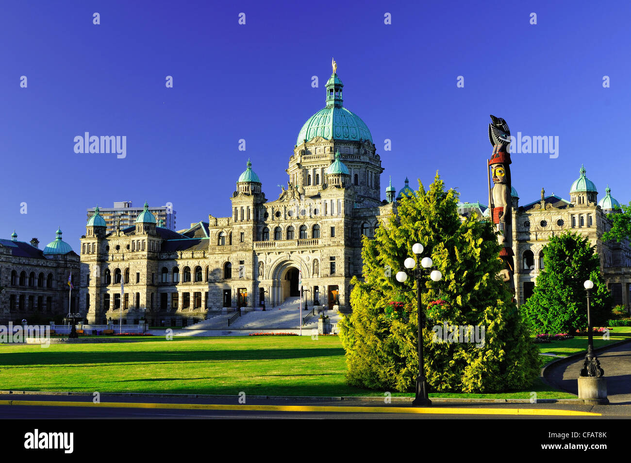 Parliament buildings and totem pole, Victoria, Vancouver Island, British Columbia, Canada Stock Photo