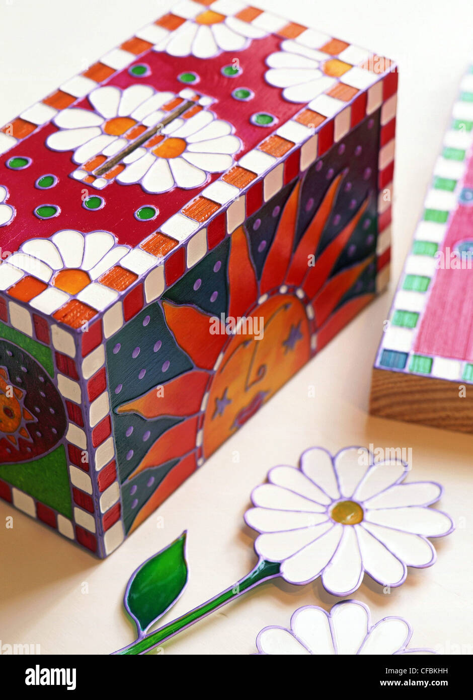 Glass glaze creations Turn ordinary articles into works of art colourful glass glaze Decorated wooden moneybox INSTRUCTIONS - Stock Image
