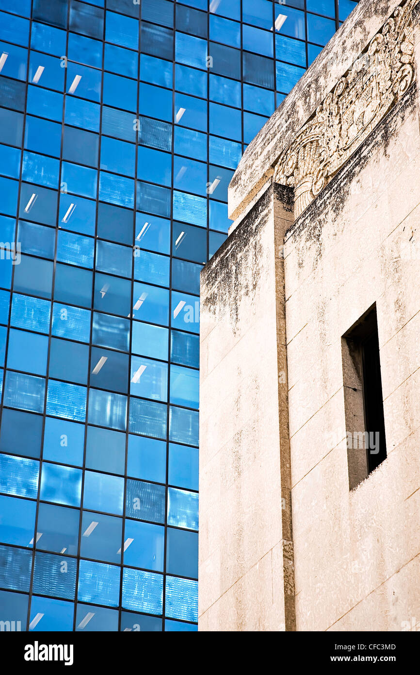 Architectural contrasts in downtown Winnipeg, Manitoba, Canada. - Stock Image