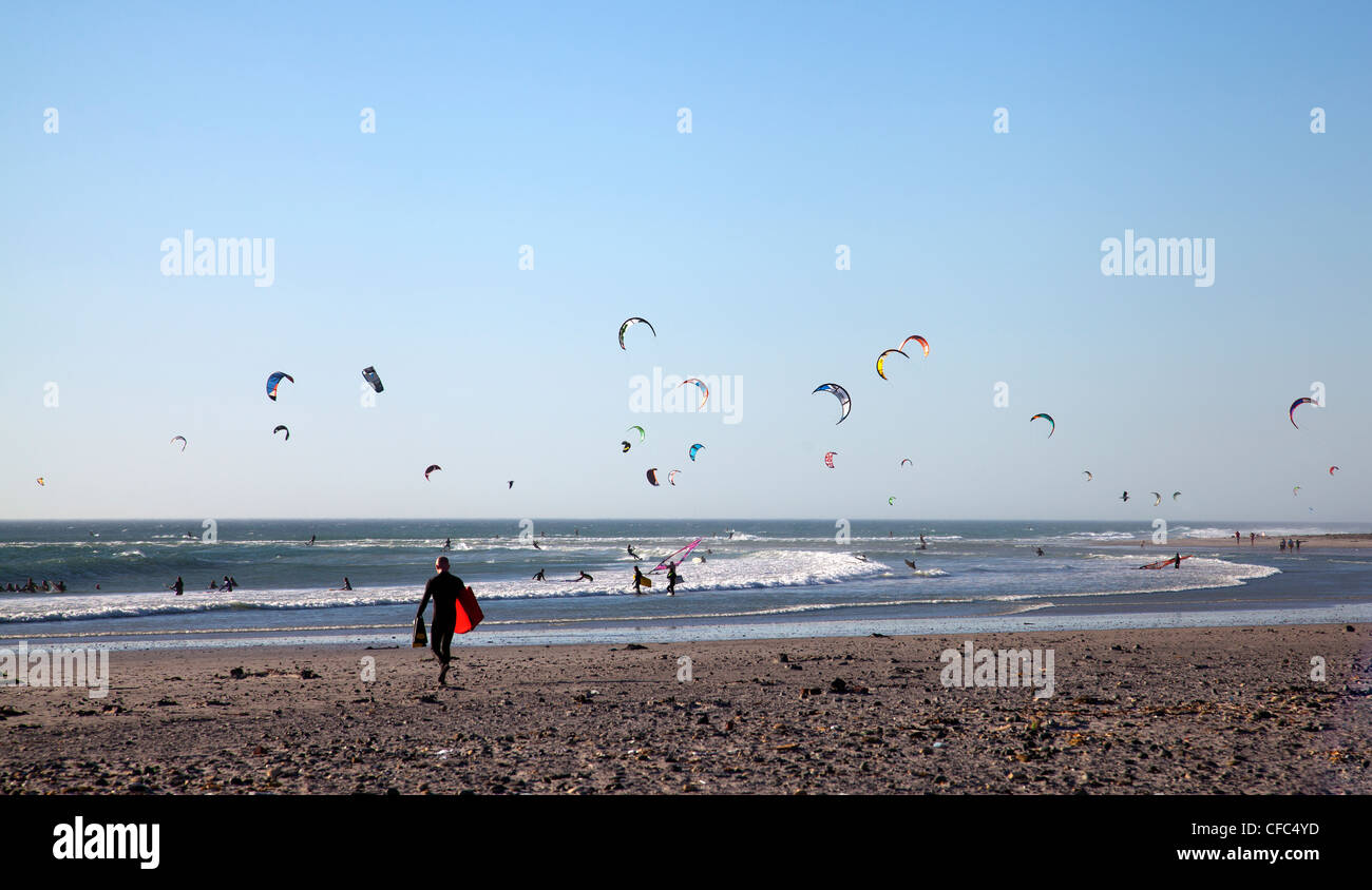 Kitesurfers on Big Bay - Bloubergstrand in Cape Town - Stock Image