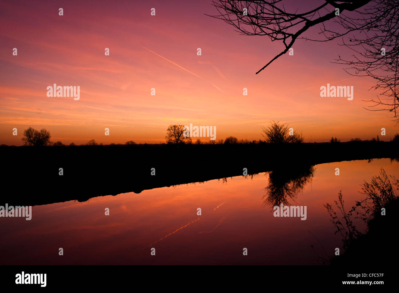 Dawn on the Grand Union Canal in Cosgrove, Northamptonshire - Stock Image