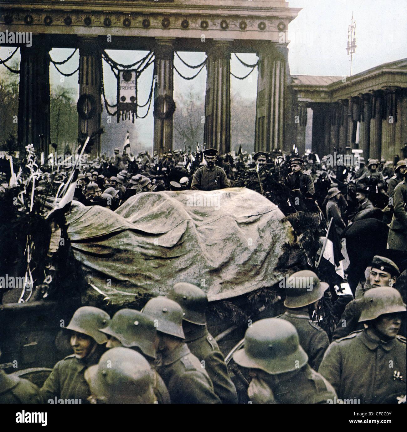 armed, troops, front, Captain Pabst, marching, Brandenburg Gate, Berlin, disarm, revolution, World War I, War, World - Stock Image