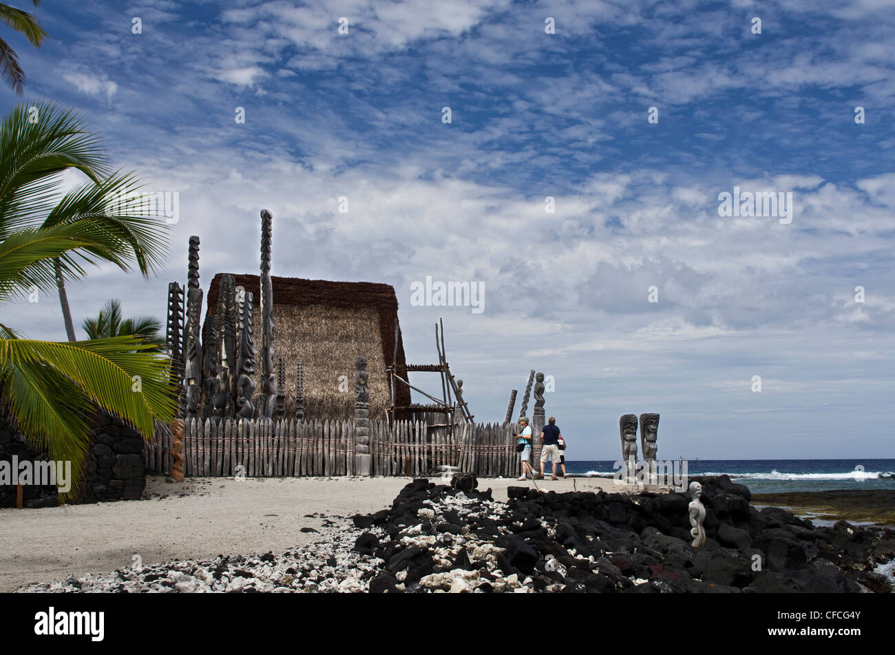 USA, Hawaii, Pu'uhonua o Hōnaunau National Historical Park. Visitors at Hale o Keawe (temple). - Stock Image