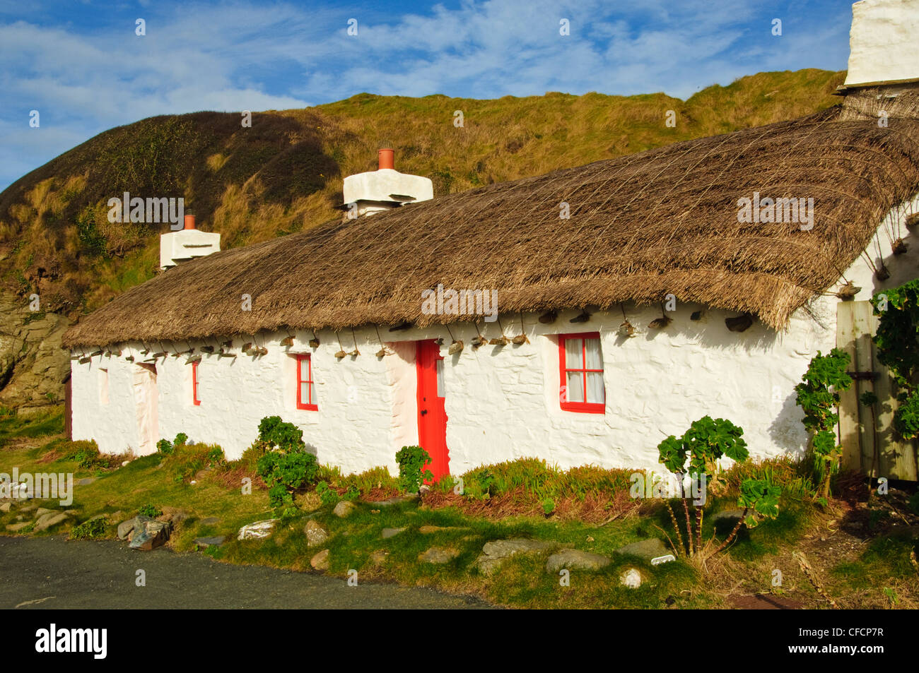 """Ned's Cottage"" featured in the film ""Waking Ned"" at Niarbyl Bay Isle of Man - Stock Image"