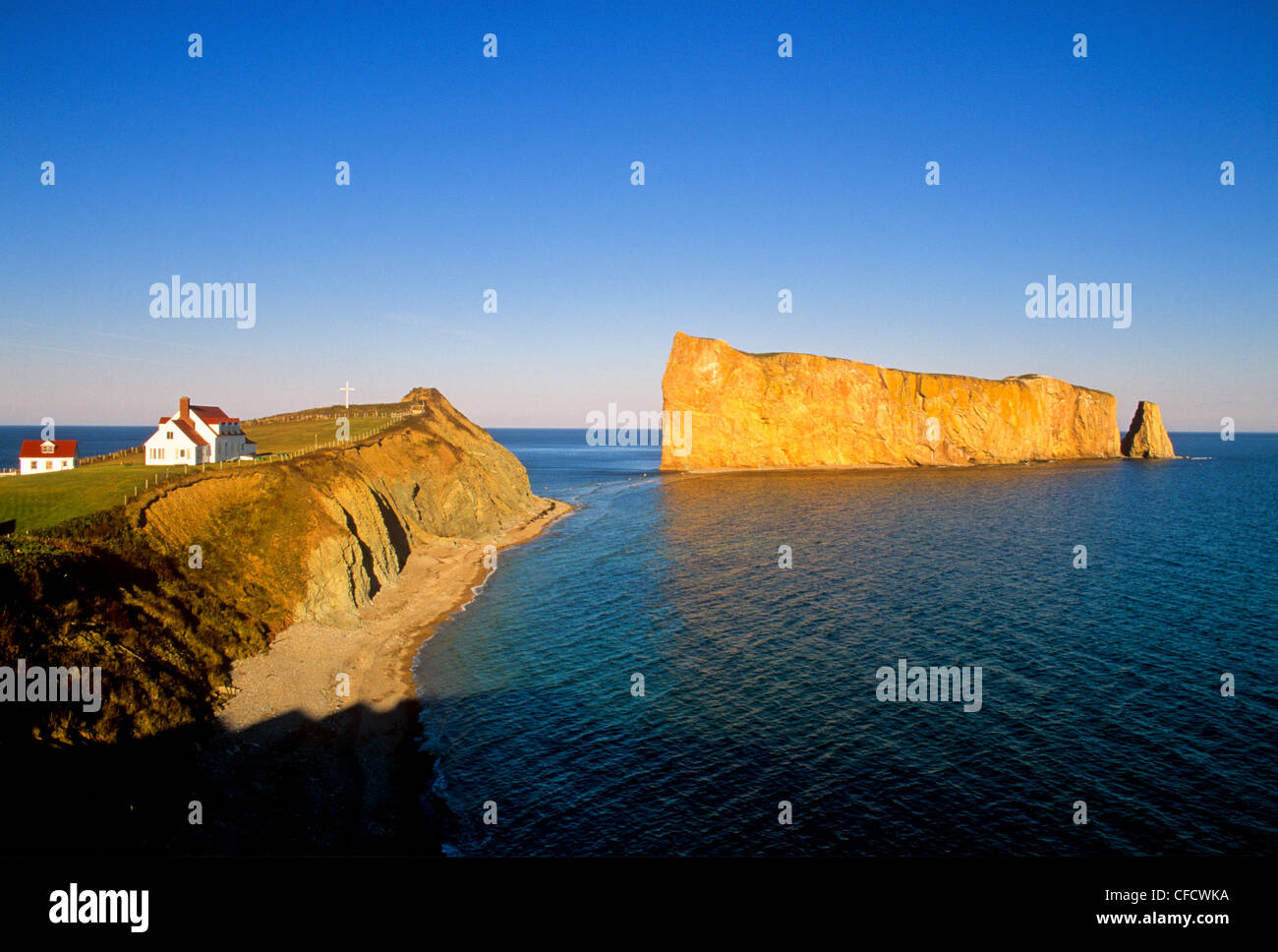 House on cliff, Perce Rock, Gaspésie, Quebec, Canada - Stock Image