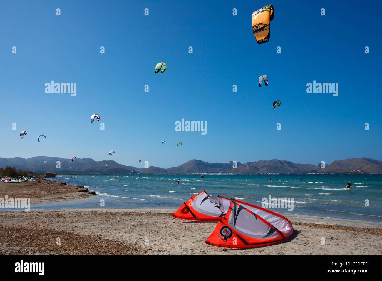 Kitesurfing, Badia de Pollenca, bay of Pollenca, beach, Mallorca, Balearic Islands, Spain, Europe - Stock Image