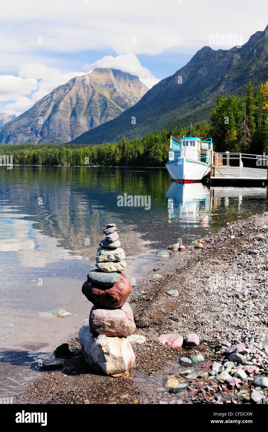 An inukshuk sits shoreline tour boat DeSmet - Stock Image