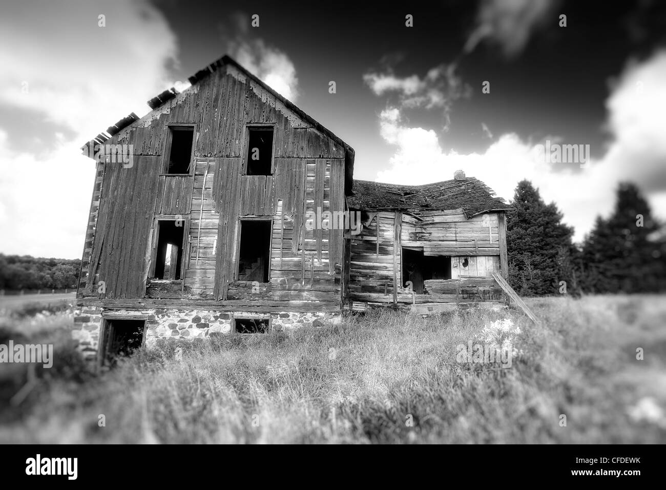 Black and white image of an old abandoned house in Ontario, Canada - Stock Image
