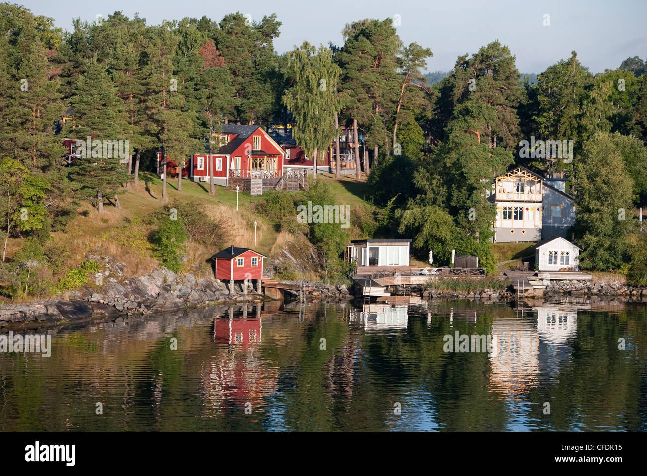 Idyllic houses along coastline of Stockholm archipelago, near Stockholm, Sweden - Stock Image