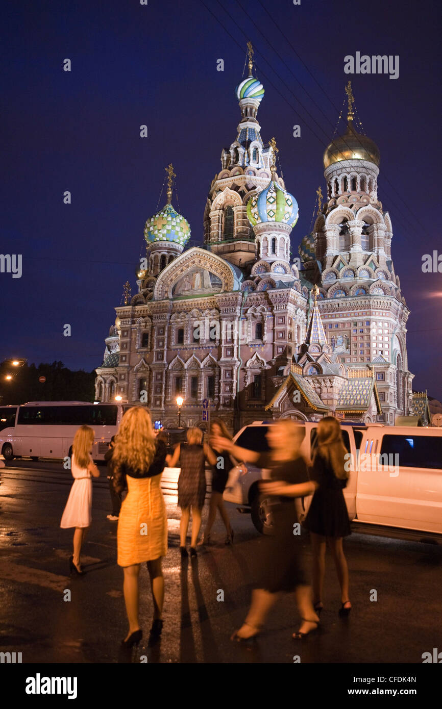 Young Russian women party in front of limousine at Church of the Savior on Spilled Blood (Church of the Resurrection) - Stock Image