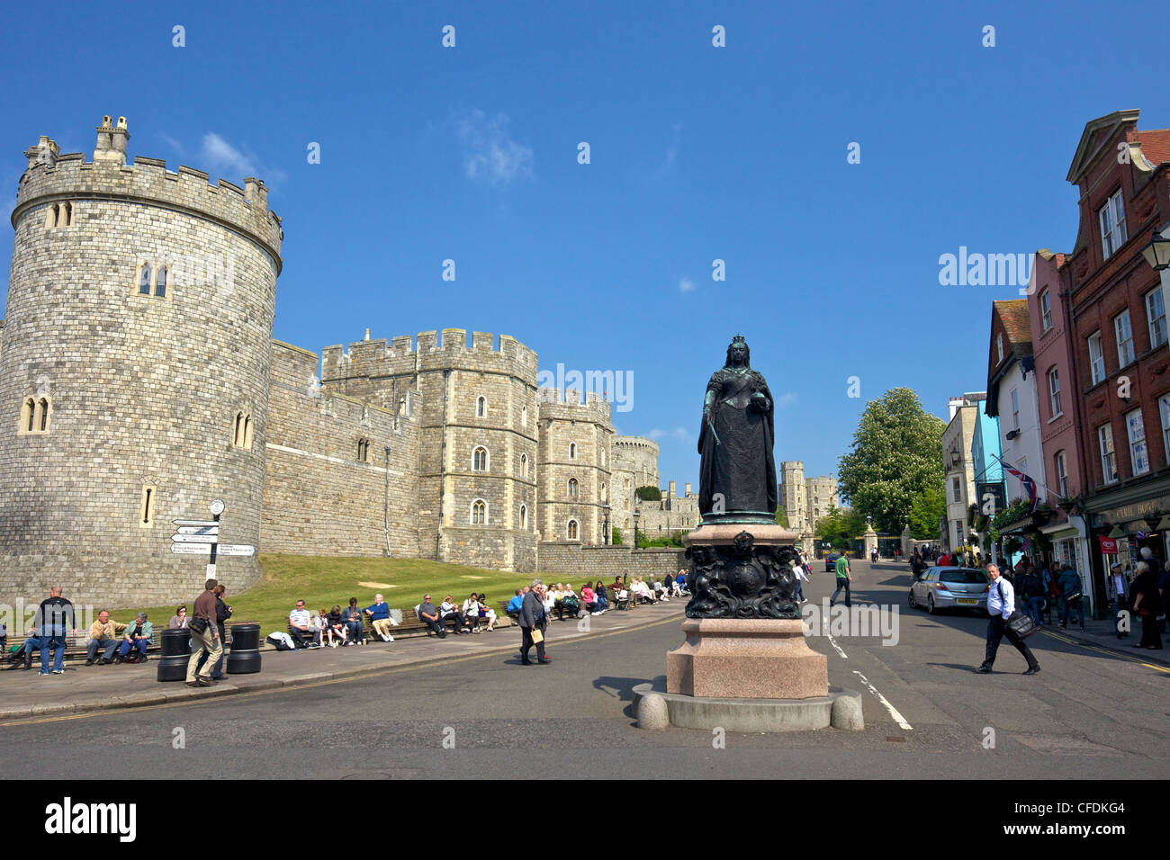 Visitors and tourists outside Windsor Castle, Windsor, Berkshire, England, United Kingdom, Europe - Stock Image