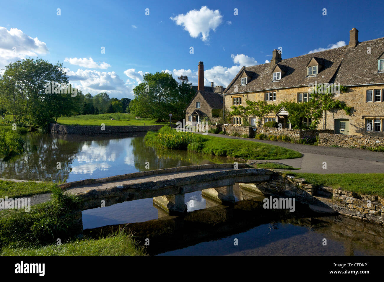 River Eye flowing through the pretty village of Lower Slaughter, the Cotswolds, Gloucestershire, England, United - Stock Image