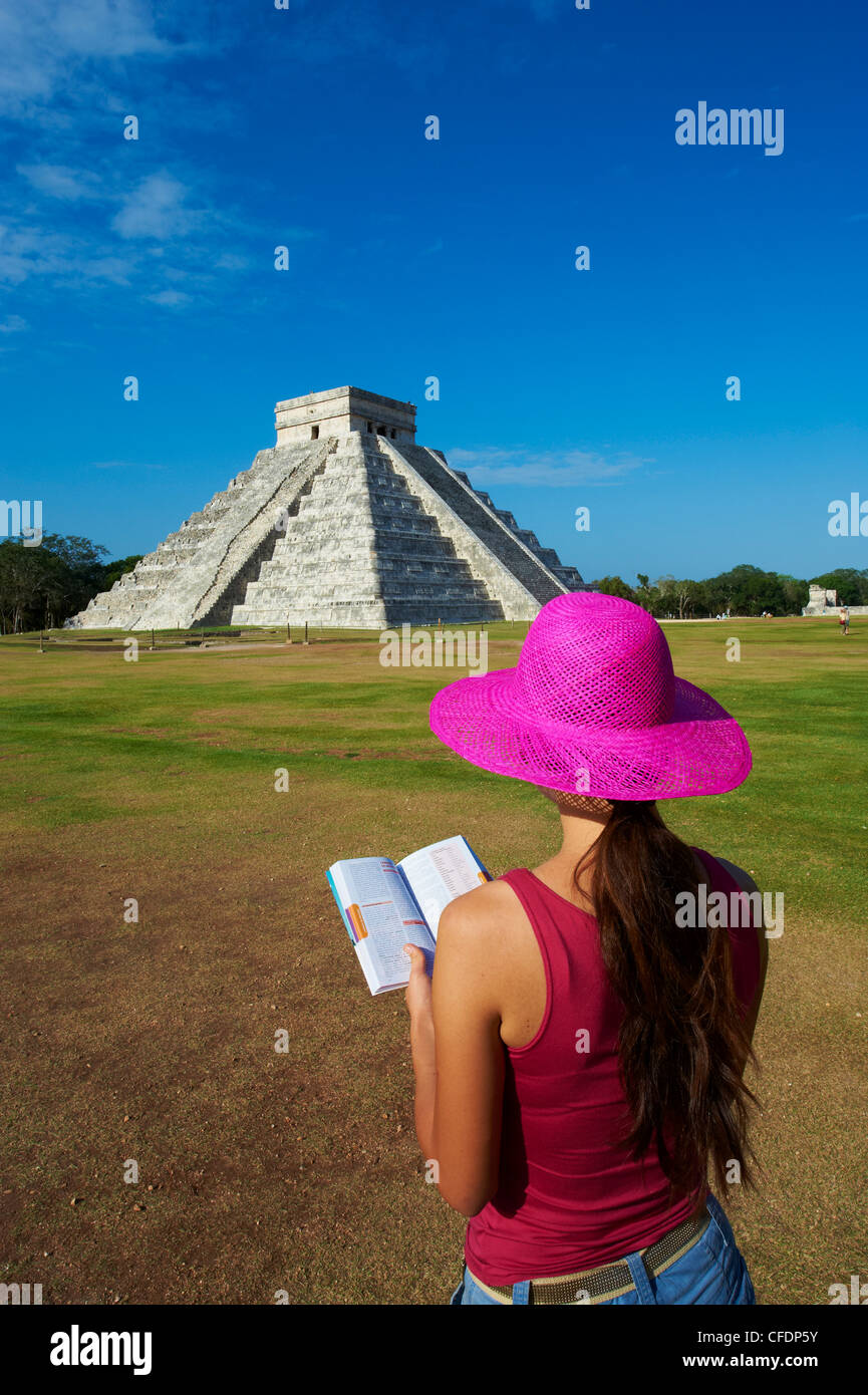 Tourist looking at El Castillo pyramid (Temple of Kukulcan) in the ancient Mayan ruins of Chichen Itza, Yucatan, - Stock Image