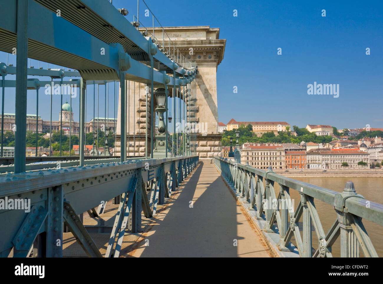 The Chain Bridge (Szechenyi Lanchid), over the River Danube, links Buda and Pest, Budapest, Hungary, Europe - Stock Image