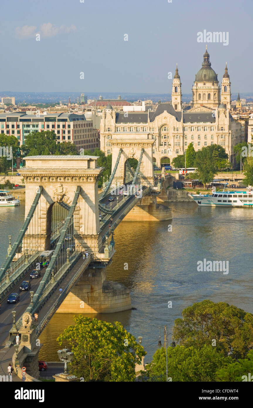 Traffic driving over the River Danube, on The Chain Bridge (Szechenyi Lanchid), Budapest, Hungary - Stock Image