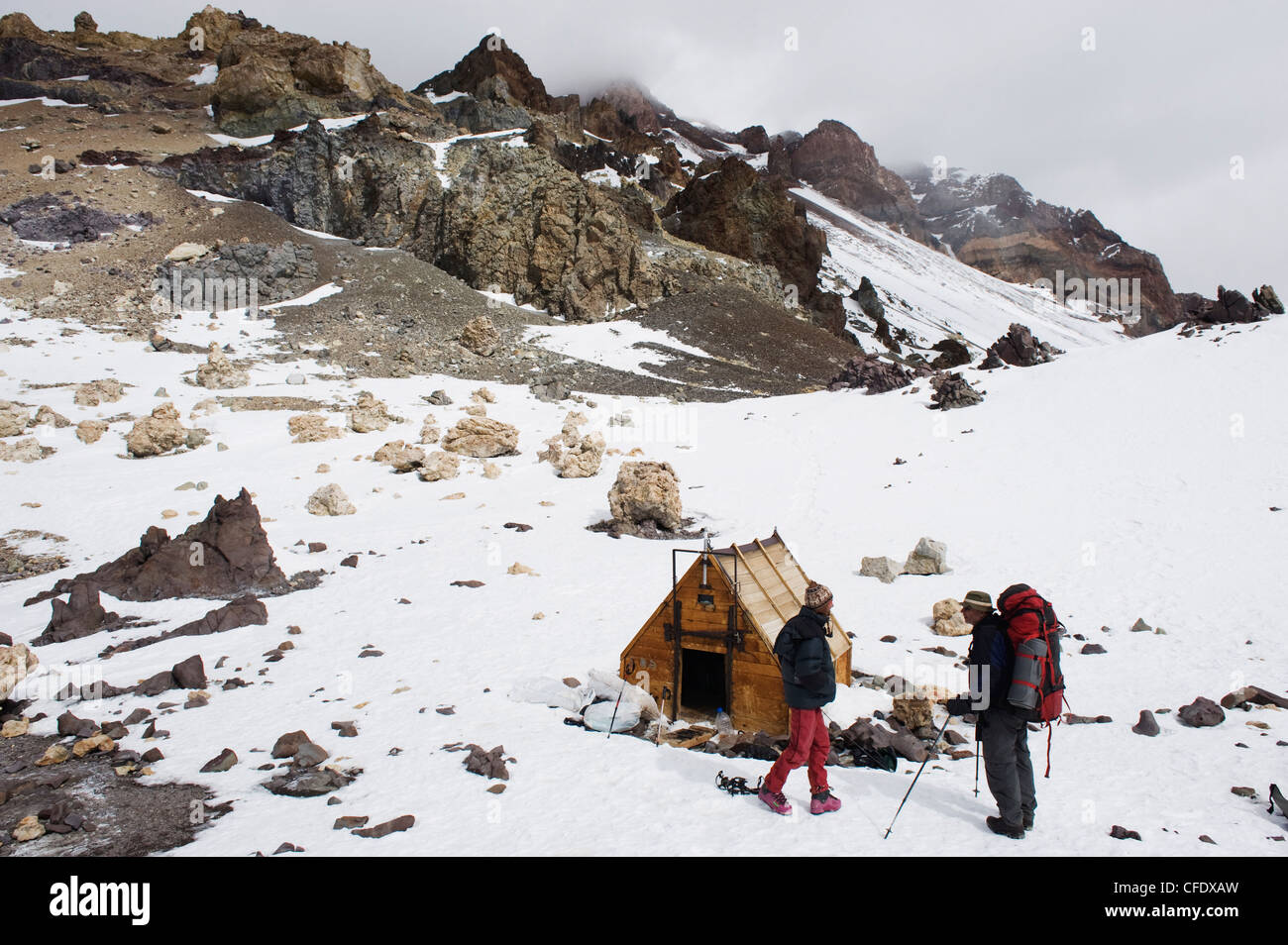 Climbers and hut at camp Berlin at 6000m, Aconcagua, Aconcagua Provincial Park, Andes mountains, Argentina - Stock Image