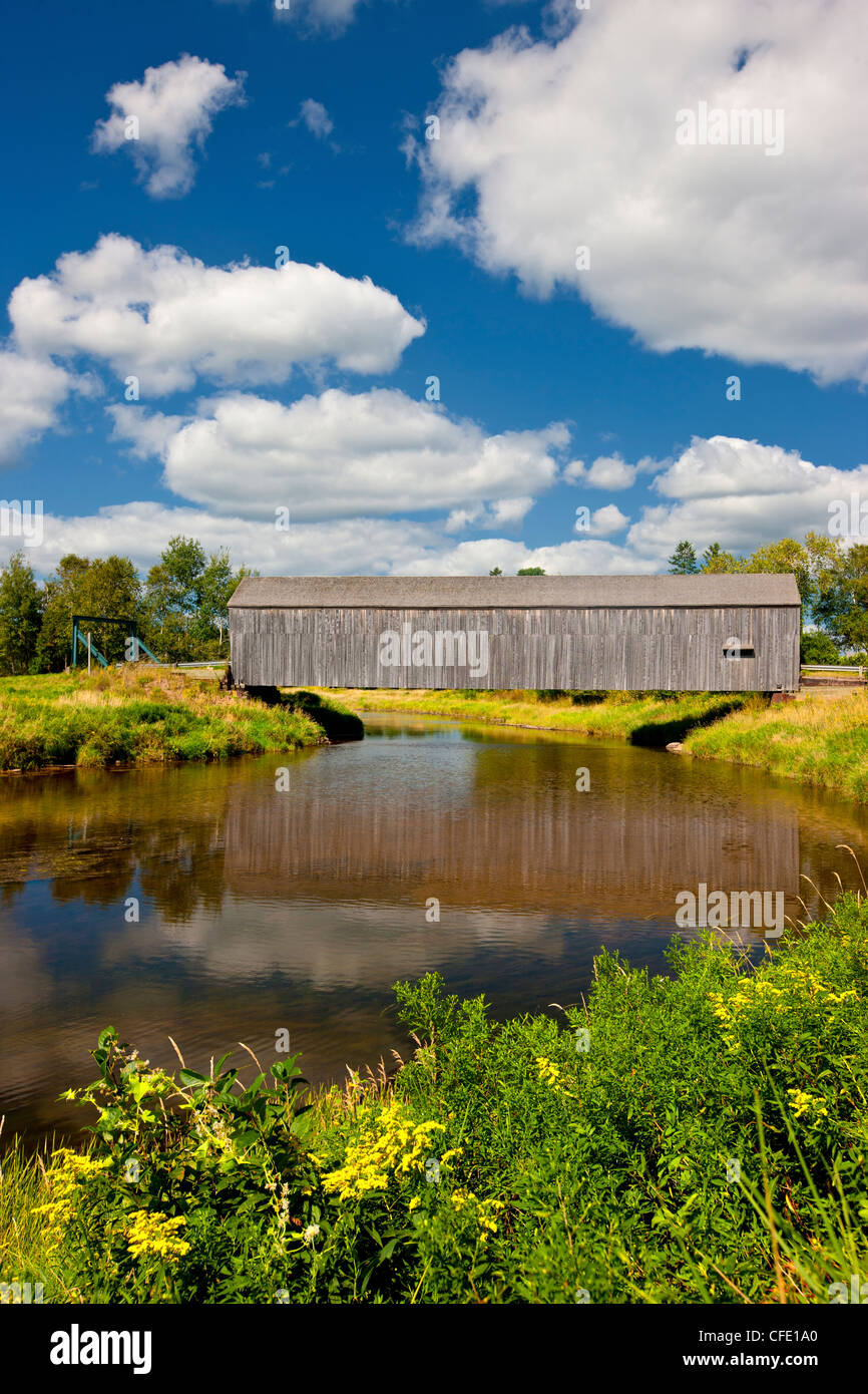 farm and Petitcodiac River #3 Covered Bridge ( Hasty) Westmorland County) Built in 1929, New Brunswick, Canada - Stock Image