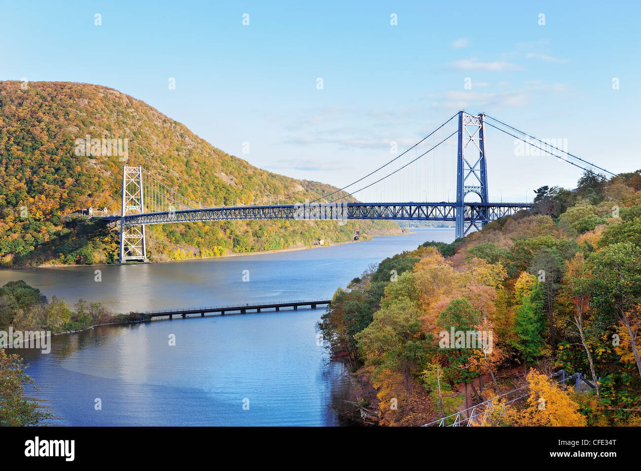 Bear Mountain with Hudson River and bridge in Autumn with colorful foliage and water reflection. - Stock Image