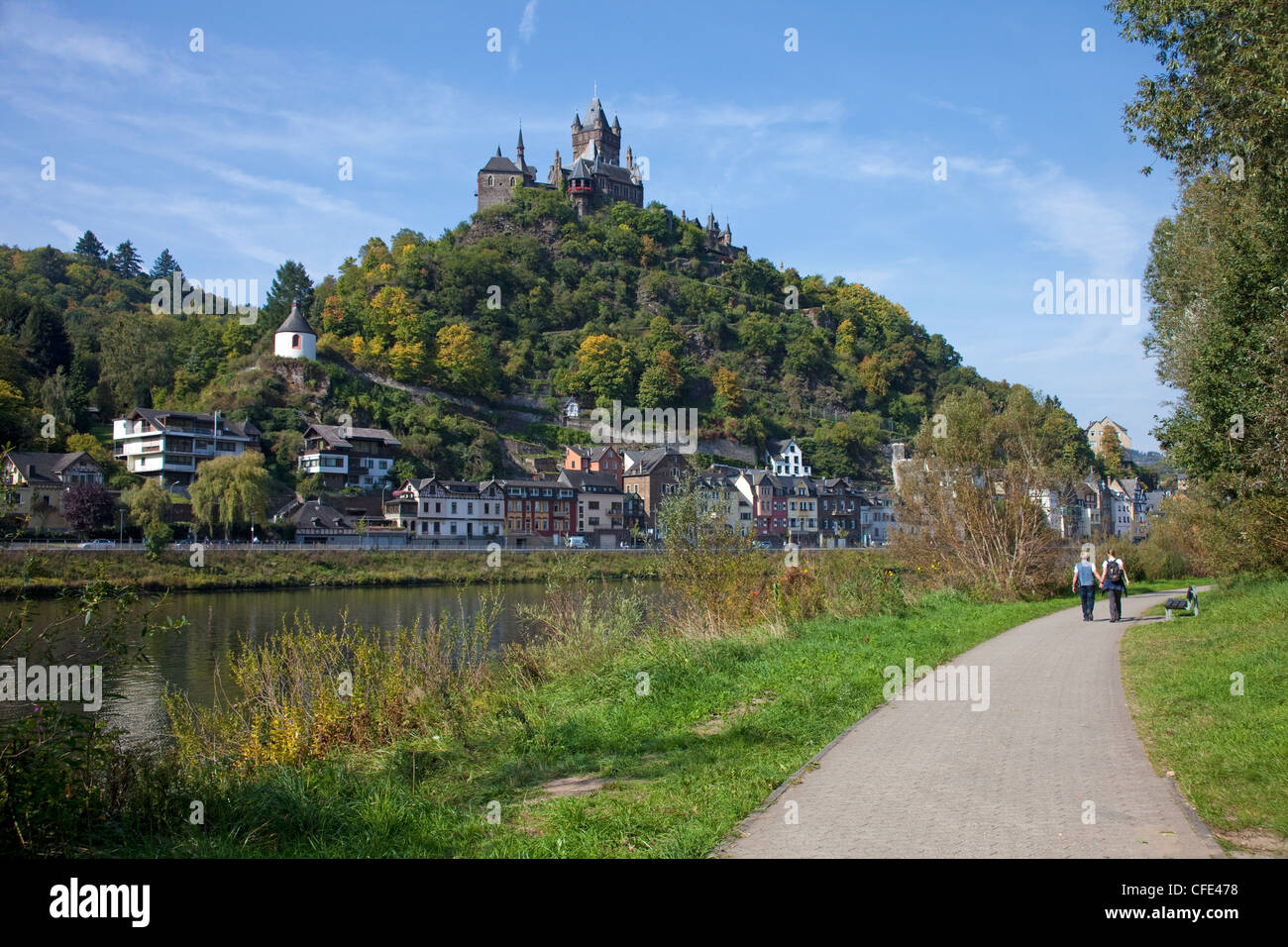Hiker walking on trail along the Moselle river, Cochem castle on the hill, Cochem, Rhineland-Palatinate, Germany, - Stock Image