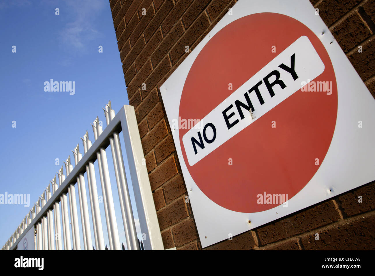 No entry sign next to steel security fencing. - Stock Image